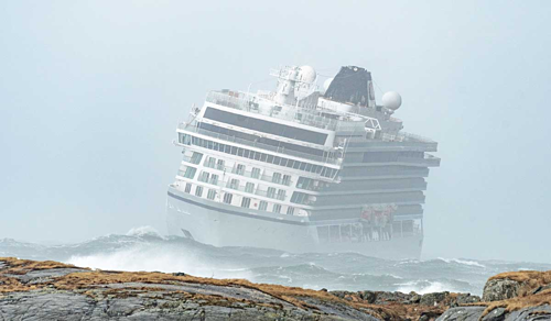 Emil Heggelund, đại diện lực lượng bảo vệ bờ biển Na Uy, ước tính đáy du thuyền cách những tảng đá dưới mặt nước 100 mét và cách bờ 900 mét khi động cơ đột ngột hỏng. Ảnh: REX.