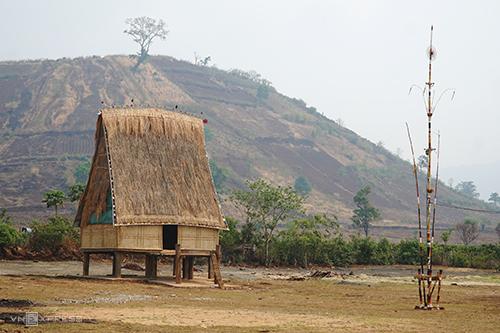 Nhà rông dưới chân núi lửa Chư Đăng Ya. Ảnh: Phong Vinh.