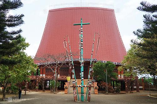 Nhà thờ có kiến trúc nhà rông ở thành phố Pleiku. Ảnh: Phong Vinh.
