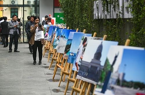 Khách tham quan triển lãm ảnhtại ngày hội Du lịch Cuba.
