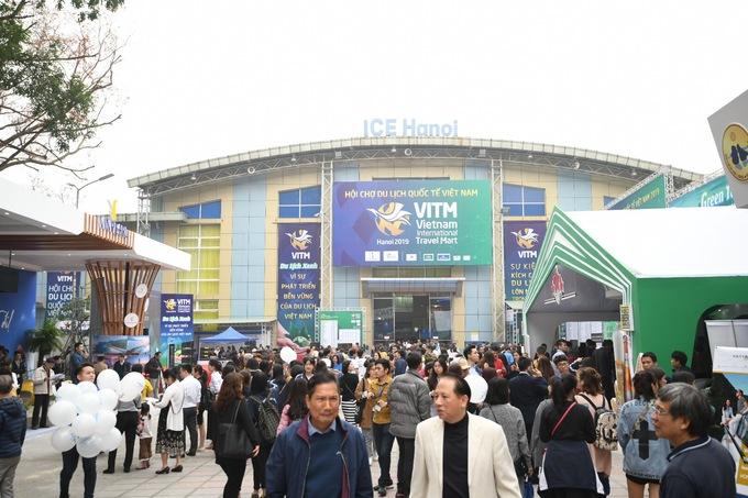Hàng dài người xếp hàng mua vé máy bay trong hội chợ du lịch