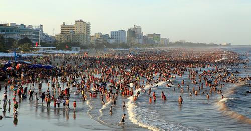 Bãi biển Sầm Sơn đông đúc mỗi dịp hè. Ảnh: Lam Sơn.