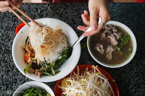 Xuất hiện vào khoảng hơn 50 năm trước ở Pleiku, phở khô từ một món ăn lạ miệng thu hút người dân địa phương nay trở thành một đặc sản nổi tiếng phố núi. Ảnh: Phong Vinh.