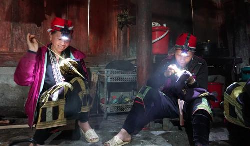 Phụ nữ Dao đỏ tập trung thêu thùa trong ngày kiêng gió