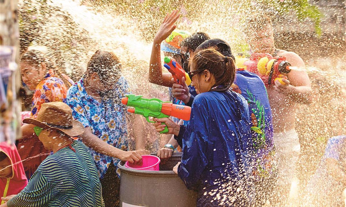 Tưng bừng lễ hội Té nước Songkran Thái Lan