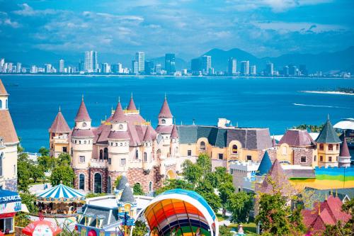 Đến Nha Trang, bạn sẽ trải qua hành trình ngắm cảnh thú vị trên cáp treo, vui chơi thỏa thích tại Vinpearl Land...
