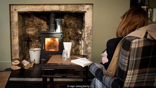 Ngồi bên bếp lửa, đọc một cuốn sách trong đêm đông yên tĩnh cũng khiến người dân ở quốc gia Bắc Âu này cảm thấy hạnh phúc. Ảnh: BBC.