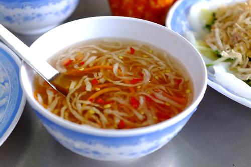 Nước chấm pha từ mắm nguyên chất giúp món ăn ngon miệng hơn.