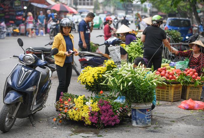 Hoa loa kèn khoe sắc trắng trên phố phường Hà Nội
