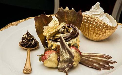 Bánh cupcake dát vàng đắt đỏ bậc nhất thế giới. Ảnh: Free Closet.
