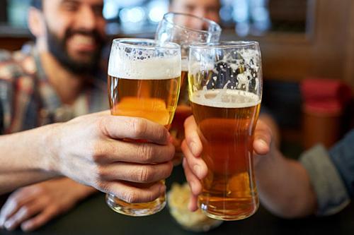 Nhiều quán bia sang trọng sẽ dùng cốc thon gọn về đáy để kích thích khách uống nhiều hơn. Ảnh:2GB.