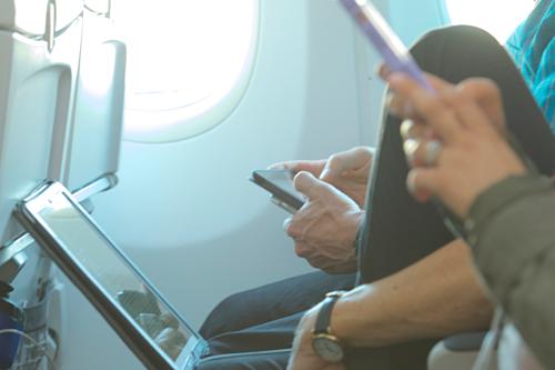 Hành khách nên hy sinh vài phút sử dụng các thiết bị điện tử cầm tay vì sự an toàn của chính mình. Ảnh:Lonely Planet.