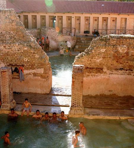 Hồ bơi lúc nào cũng đông khách du lịch tới để tắm, thư giãn. Ảnh: Rex.
