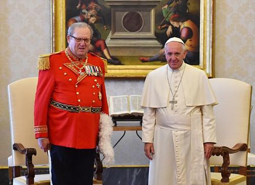 Giáo Hoàng Francis (phải) chụp ảnh cùng Hoàng tử, Đại hiệp sĩ của Dòng chiến sĩ toàn quyền Malta, Matthew Festing. Ảnh: Mirror.