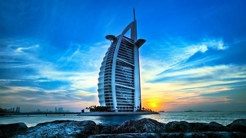 Cái tên Burj Al Arab có nghĩa là tòa tháp của Ả rập, được sách kỷ lục Guinness ghi nhận là khách sạn sang cao nhất thế giới.