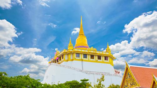 Ngôi chùa nổi tiếng Thái Lan nằm trên một ngọn đồi thấp với bảo tháp bằng vàng lấp lánh cao 58m, bên trong chứa xá lợi Phật. Chùa đón chào tín đồ đến chiêm bái suốt năm.