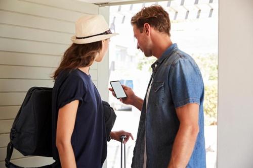Thông tin cá nhân của khách hàng có thể bị rò rỉ thông qua một liên kết trong email xác nhận giao dịch. Ảnh: Thesun.