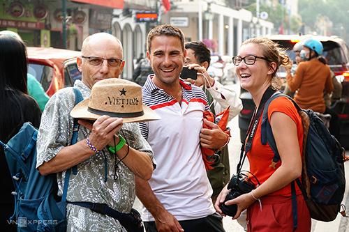 Du khách nước ngoài ở Hà Nội. Ảnh: Phong Vinh.