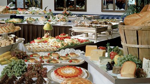 Cách bày trí trong nhà hàng buffet không phải ngẫu nhiên. Ảnh:Batista Moon Studio.