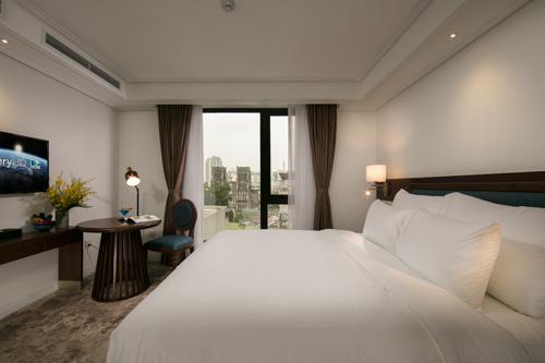 Khách sạn sở hữu 120 phòng nghỉ, tinh tế, sang trọng, các kỹ sư thiết kế tầm nhìn ra Hồ Hoàn Kiếm, nhà thờ lớn cổ kính.
