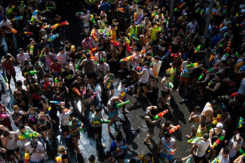 During the Songkran festival on April 14, the crowd sprinkled water together to pray for good luck. Photo: AFP.