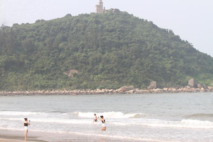 Du khách 'mở tiệc BBQ' bên bờ biển Hà Tĩnh khi đi chơi lễ