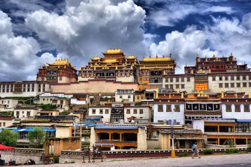 Nằm dưới thêm chân núi Himalaya, vùng đất linh thiêng với những thảo nguyên xanh rì, cảnh đẹp hùng vĩ.