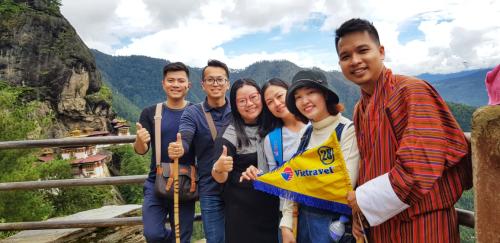 Du khách khám phá đất nước khi đăng ký tour qua các công ty du lịch.