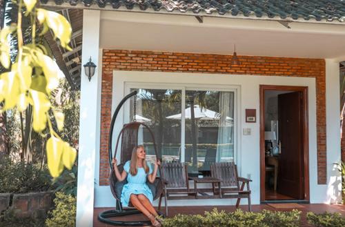 Không mang vẻ lộng lẫy choáng ngợp, khu nghỉ dưỡng nhẹ nhàng tinh tế với những bungalow và villa riêng biệt thiết kế hơi hướng gần gũi với thiên nhiên.