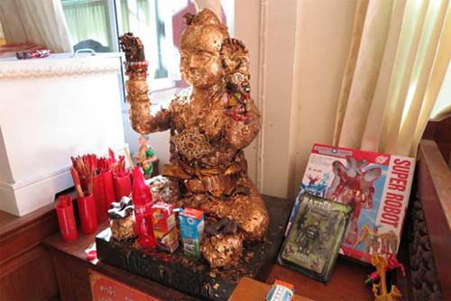 Đền WatKae tại Suphan Buri là nơi nổi tiếng với nghi lễ rửa tội cho những người nạo phá thai, bởi đây được cho là nơi đặt kuman thong đầu tiên, làm từ những năm 1500. Ảnh:Bangkok Post.