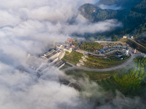 Nằm cách Hà Nội khoảng 4 tiếng di chuyển bằng ô tô, sở hữu khí hậu mát mẻ, quanh năm mây phủ, Sa Pa là điểm đến được yêu thích của nhiều du khách.