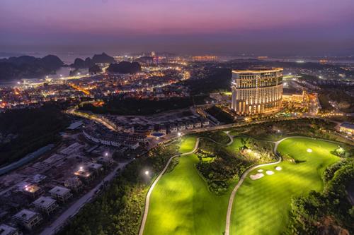 Quần thể FLC Hạ Long, một nghỉ dưỡng cao cấp thu hút khách du lịch.