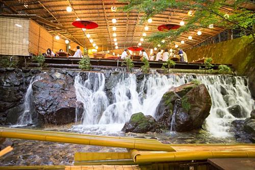 Phần lớn nhà hàng nagashi somen nằm giữa khung cảnh tuyệt đẹp, ven bờ sông hay ẩn trong rừng.