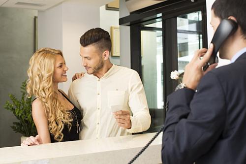 Nhiều khách thuê cho rằng lễ tân, nhân viên sẽ không thể biết được họ đang ở cùng người tình hay vợ. Trên thực tế, họ biết hết. Ảnh: Cheat sheet.
