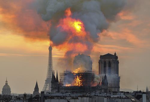 Phần mái Nhà thờ Đức Bà cháy rụi trong trận hỏa hoạn 15/4. Ảnh: Thierry Mallet/AP.