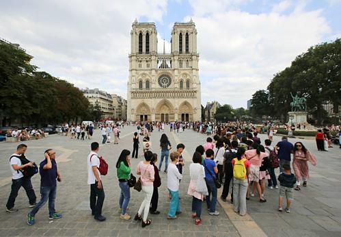 Mỗi ngày Nhà thờ Đức Bà đón khoảng 36.000 lượt khách. Ảnh: Geoffroy Van Der Hasselt/AFP