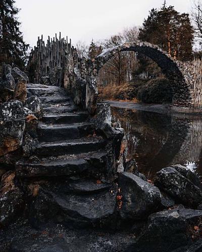 Vẻ đẹp đầy ma mị như bước ra từ cổ tích của chiếc cầu. Ảnh: Pinterest.