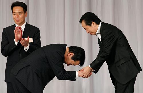 Lý do người Hàn Quốc cúi gập người khi chào hỏi