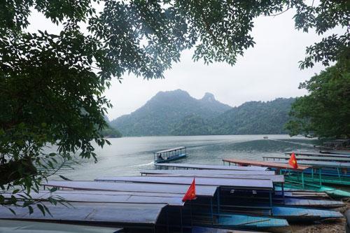 Những chiếc thuyền đưa du khách khám phá hồ nước nổi tiếng.