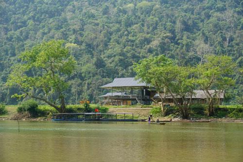 Du khách có thể ghé thăm các bản làng quanh hồ.