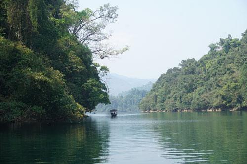 Chuyến đi chơi hồ Ba Bể sẽ đưa bạn tới nhiều thác nước, hang động.