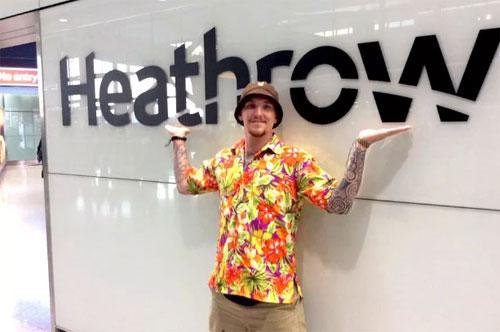 Chris chụp ảnh tại sân bay Heathrow sau khi phải ngồi tù 12 ngày ở Thái Lan. Ảnh: Sun.