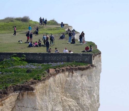 Seven Sisters là điểm đến nguy hiểm, nhưng thu hút nhiều khách ghé thăm. Trước đó, nhiều người đã yêu cầu chính quyền địa phương dựng biển cảnh báo du khách bằng 7 thứ tiếng, nhưng chưa được chấp thuận. Ảnh: Sun.