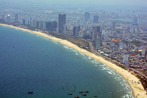 Thành phố Đà Nẵng nhìn từphi cơ ngắm cảnh.
