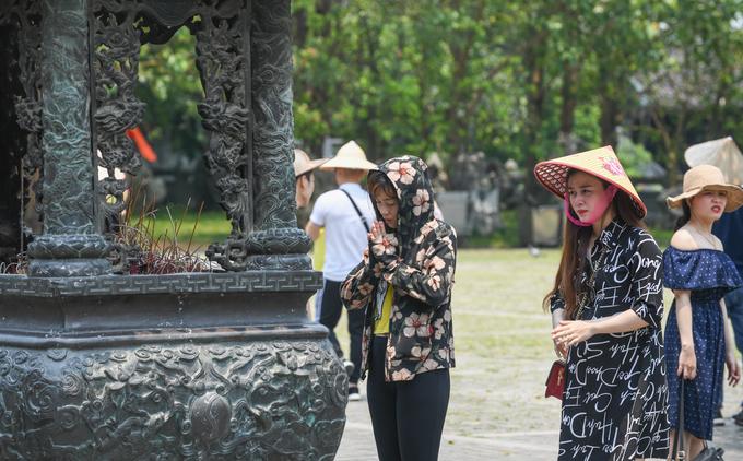 Hàng nghìn du khách đội nắng đến chùa Bái Đính