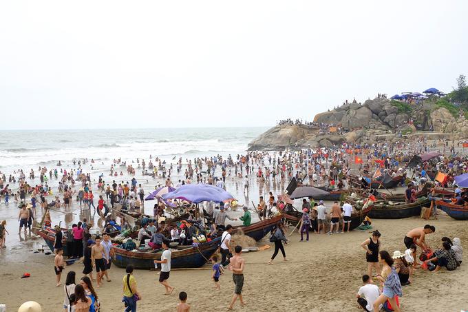 Sầm Sơn đông nghẹt người tắm biển từ sáng sớm