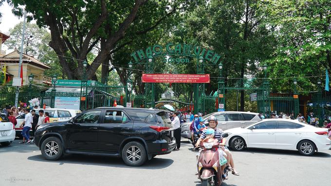 Thảo Cầm Viên Sài Gòn quá tải, khách trải bạt nằm khắp nơi