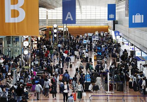 Sân bay Haneda tại Tokyo đông đúc vào ngày đầu tiên của Tuần lễ Vàng. Ảnh:Kyodo.