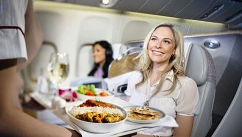 Việc hiểu nhầm xảy ra sau khi tiếp viên phục vụ đồ ăn cho hành khách. Ảnh: FMB Academy.