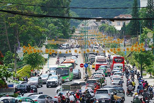 Dòng xe nối dài ở trung tâm Đà Lạt sáng 28/4. Ảnh: Phong Vinh.